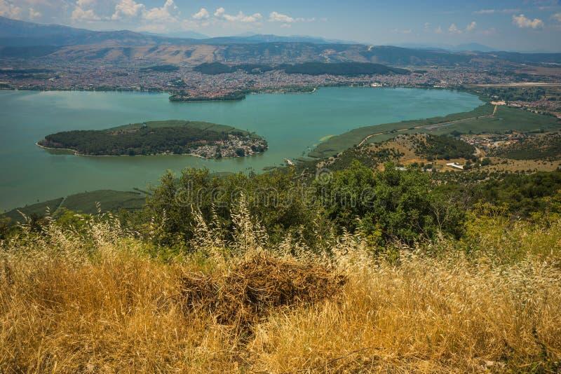 湖的美丽如画的看法从山的,约阿尼纳,希腊 图库摄影