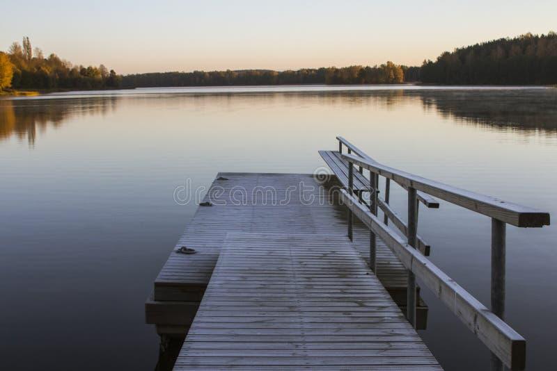 湖的美丽的景色在特拉凯早晨 r 免版税库存照片