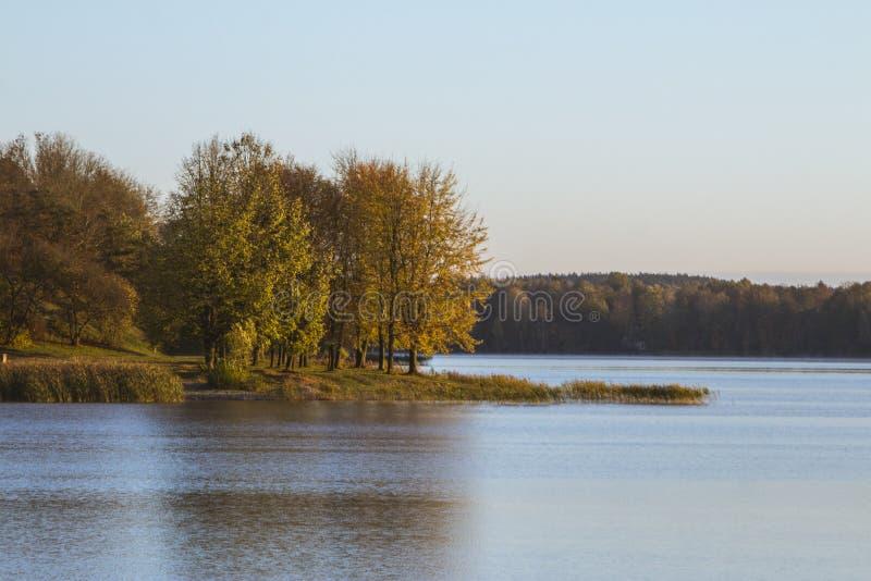湖的美丽的景色在特拉凯早晨 r 免版税图库摄影