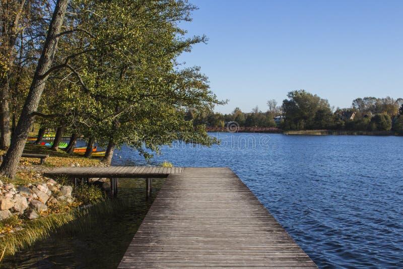 湖的美丽的景色在特拉凯早晨 r 库存图片