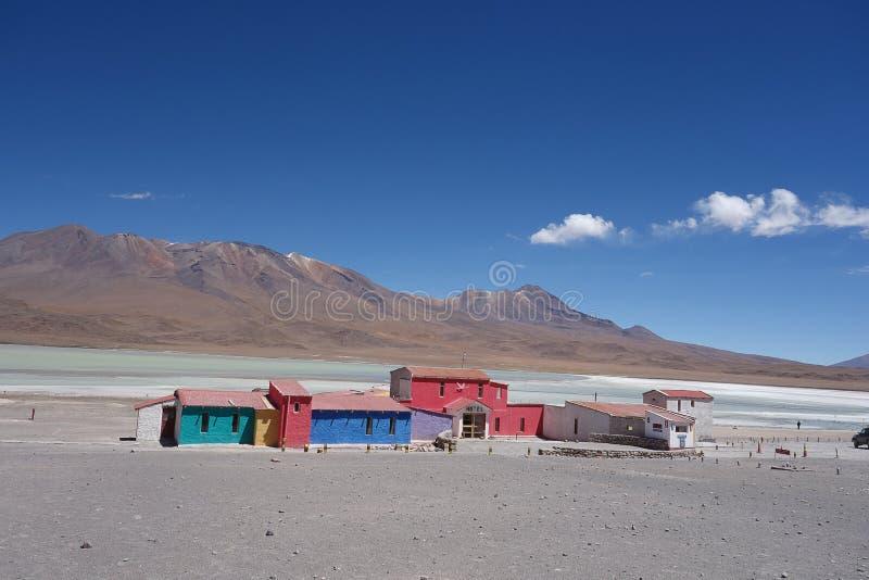 湖的老五颜六色的旅馆 免版税图库摄影
