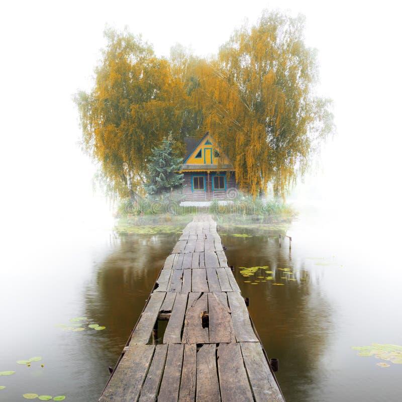 湖的老木房子,有雾的秋天早晨 免版税图库摄影