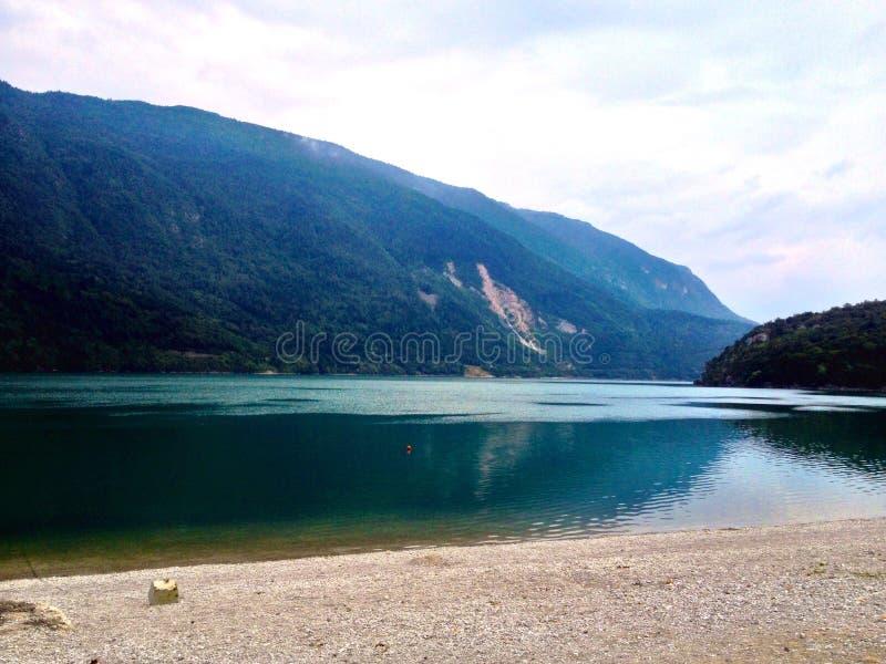 湖的视图 免版税库存图片