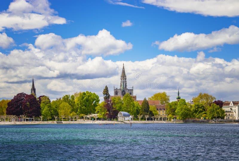 湖的Constace,Bodensee城市康斯坦茨 从船的看法在口岸 城市在德国和瑞士在 免版税库存照片