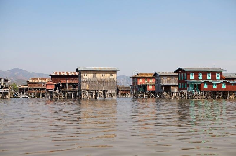 湖的Inle缅甸传统木高跷房子 免版税图库摄影
