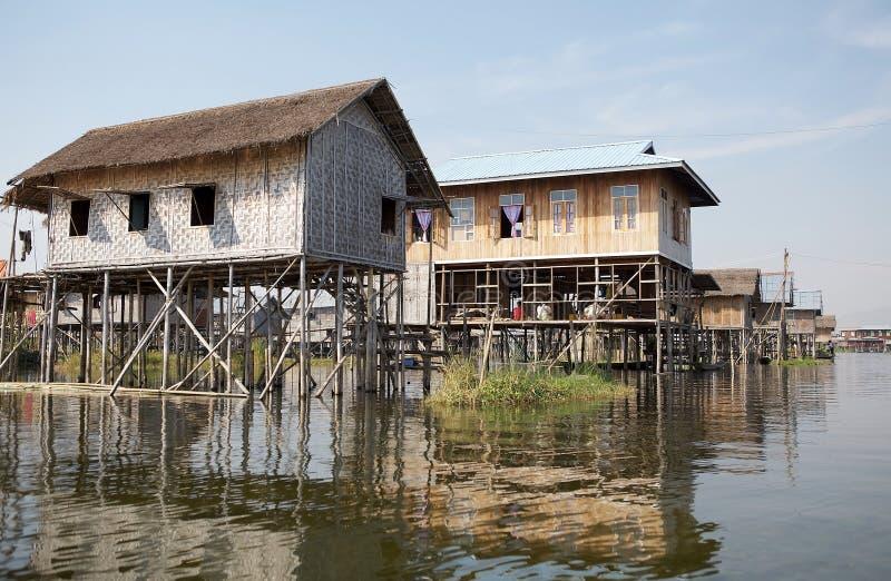 湖的Inle缅甸传统木高跷房子 免版税库存图片