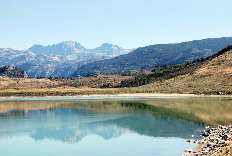 湖范围被反射的河碳酸钠风 库存照片