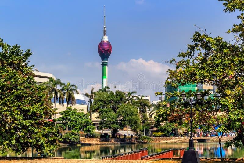 湖贝拉在以电视塔为目的城市的中部 免版税库存照片