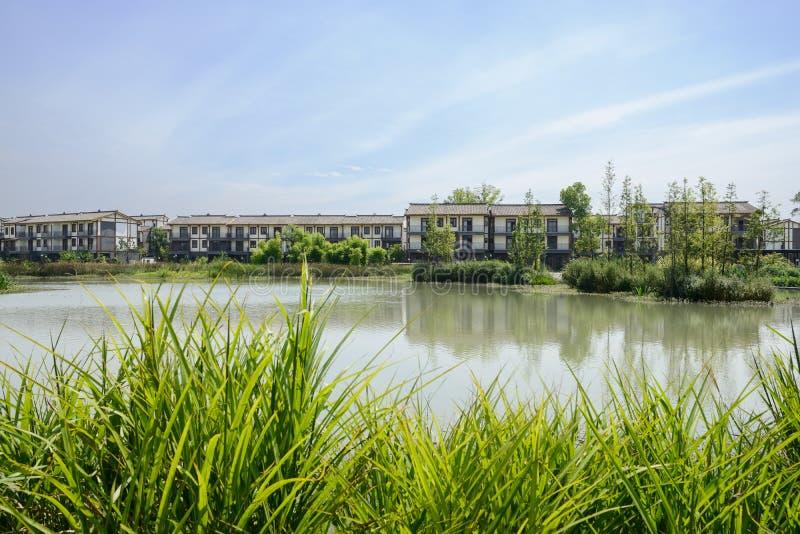 湖边农村住宅在晴朗的夏天,成都 免版税图库摄影