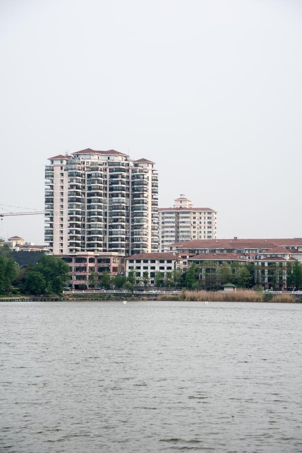 湖边居民住房 库存图片