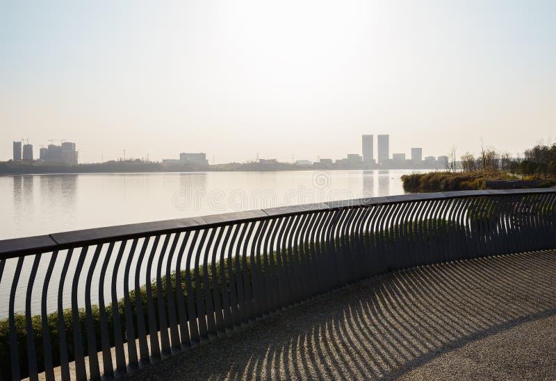 湖边平台扶手栏杆在晴朗的冬天下午的 免版税库存照片