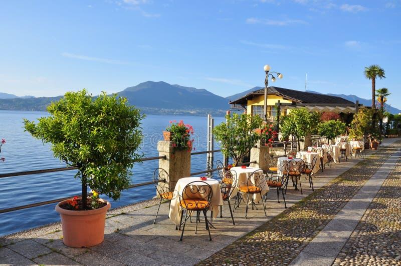 湖边平地散步咖啡馆,湖(lago) Maggiore,它 库存图片