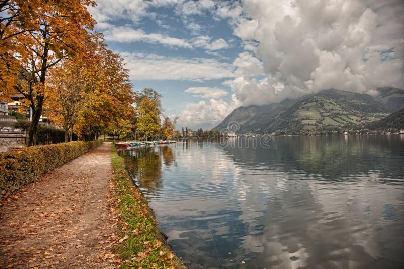 湖边平地秋天颜色在滨湖采尔,萨尔茨卡默古特,奥地利 免版税图库摄影