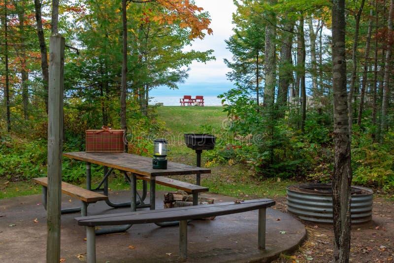 湖边平地露营地在秋天 库存图片