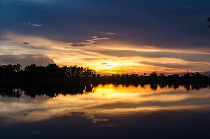湖边日落 免版税图库摄影