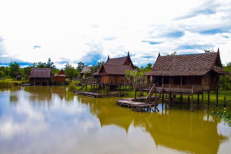 湖边泰国样式房子在泰国 免版税库存图片