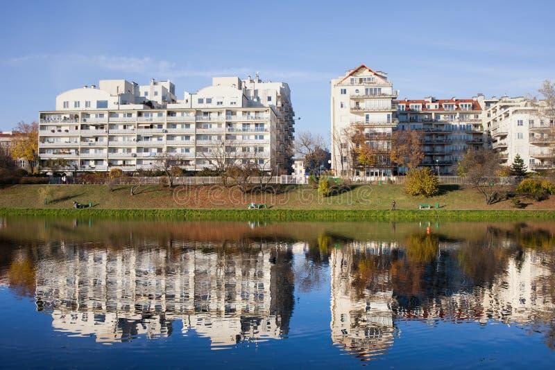 湖边现代公寓在华沙 免版税库存图片