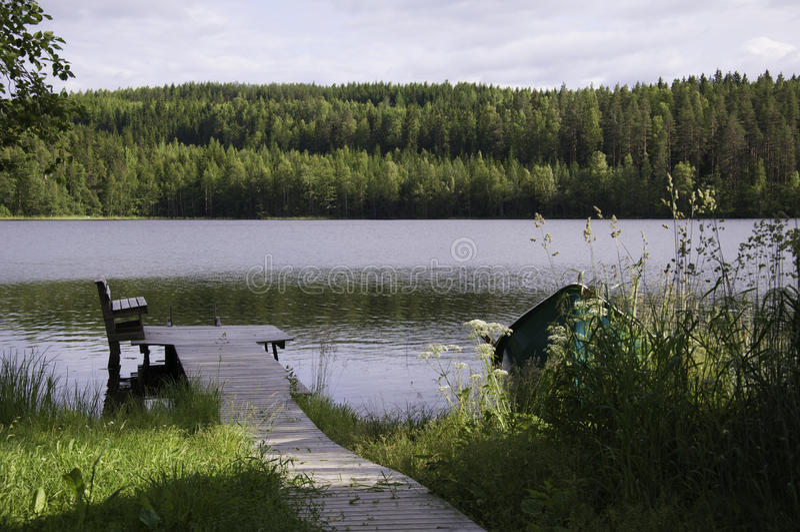 湖边的船坞 免版税库存照片