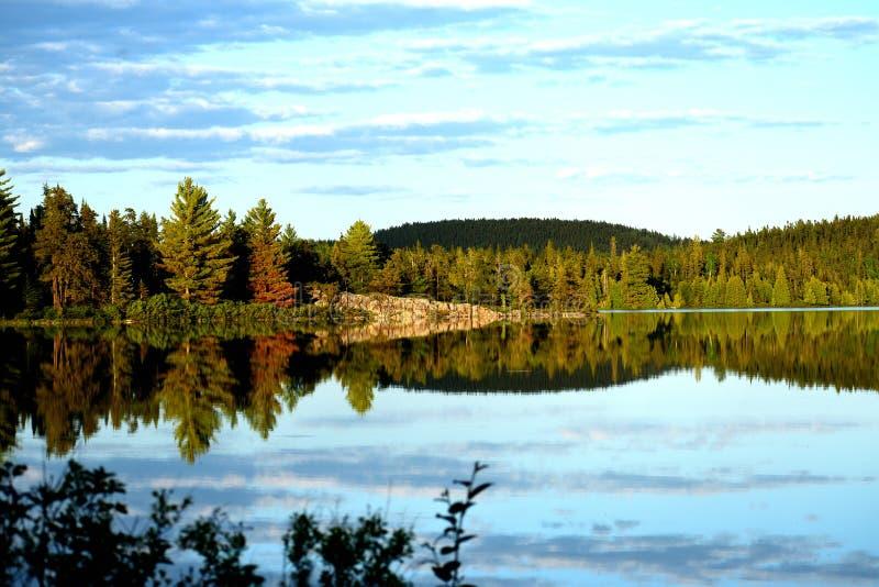 湖边视图在晚上 库存图片