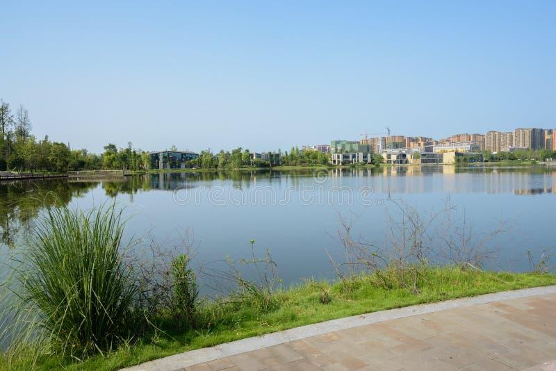 湖边道路在晴朗的夏天早晨城市 库存图片
