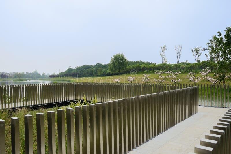湖边道路操刀与不锈钢柱子 免版税库存图片