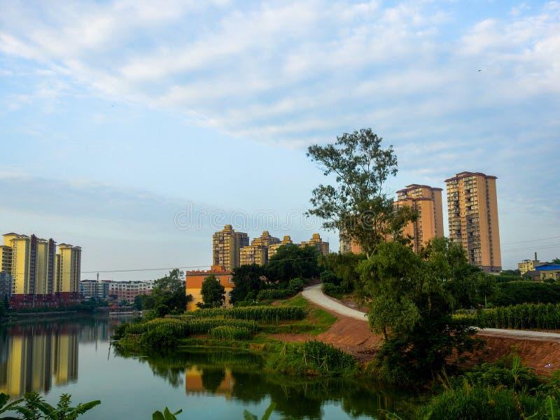 湖边高层住宅区 免版税库存照片