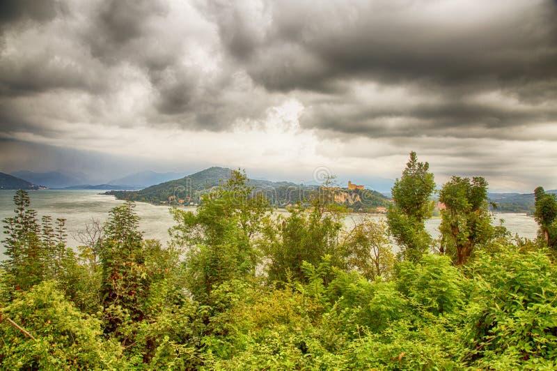 湖风景在多云灰色天空下 库存照片