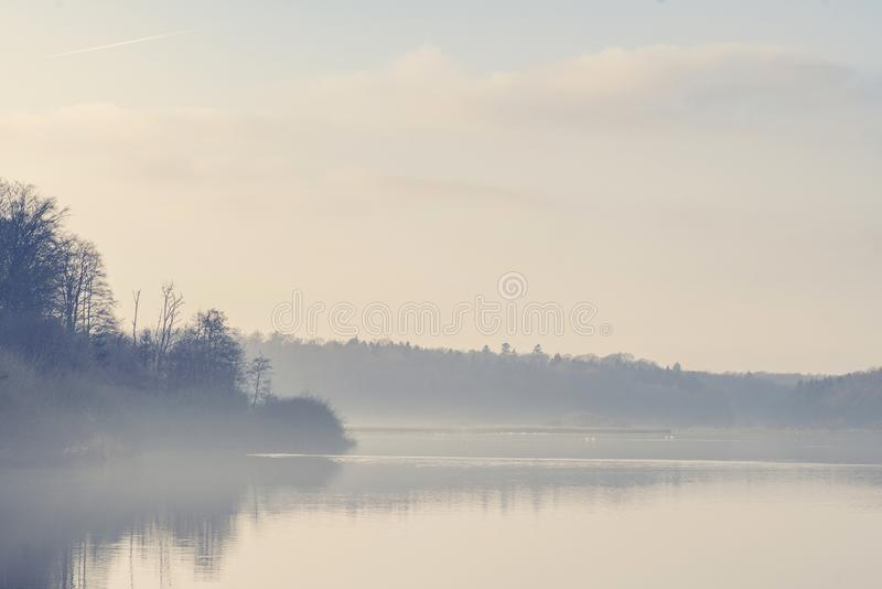 湖风景用早晨雾和沈默水 免版税库存图片