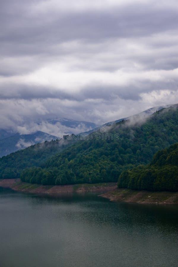 湖风雨如磐山的天空 库存照片