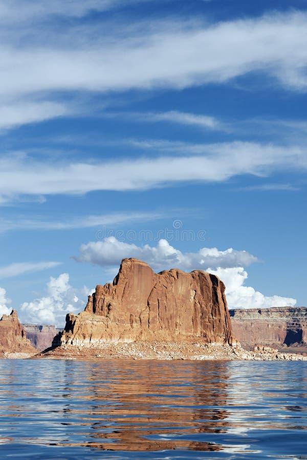 湖鲍威尔峭壁  免版税库存图片