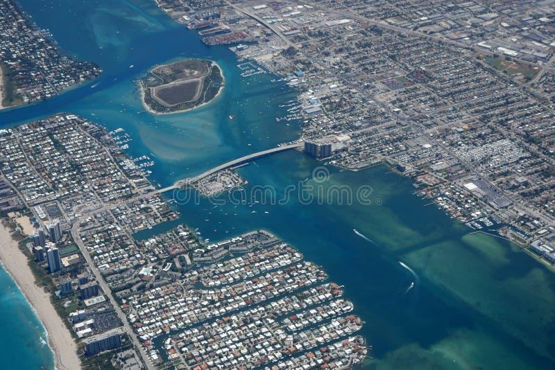 湖鸟瞰图相当入口价值的 库存图片