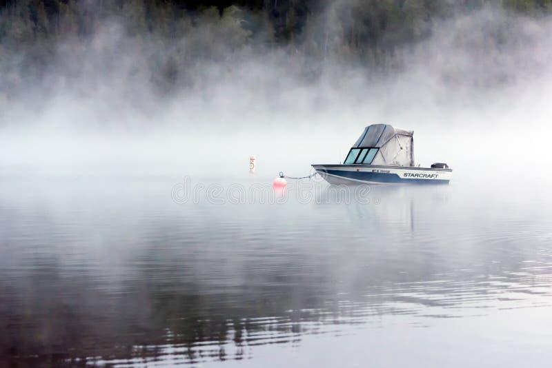 湖麦克唐纳, MONTANA/USA - 9月21日:在湖停泊的小船 库存图片