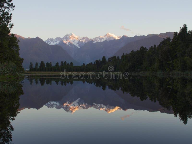 湖麦瑟逊的美好的反射日落的 免版税库存图片