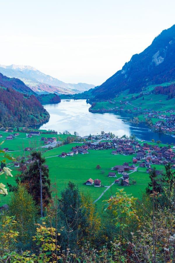 湖龙疆或Lungerersee谷在上瓦尔登州,瑞士 库存图片