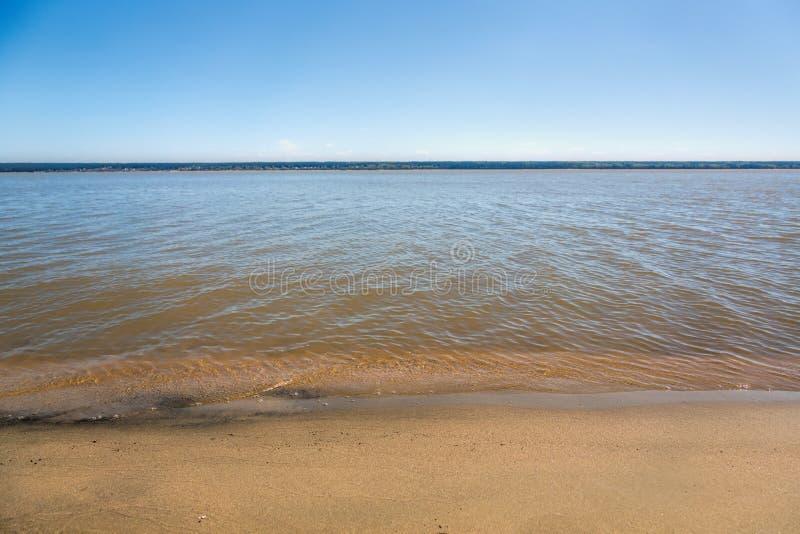 湖,夏天,海滩的岸 库存照片