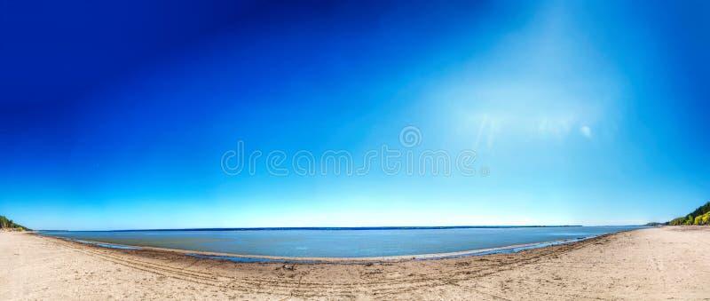湖,夏天,海滩的岸 免版税库存照片