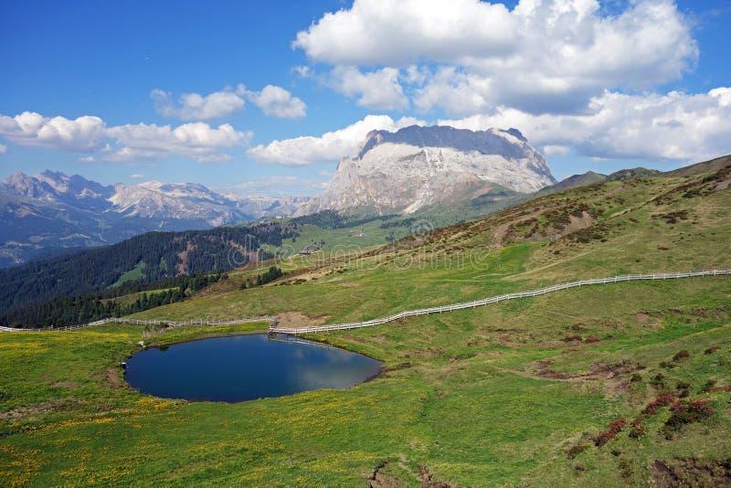 湖, Seiser Alm Alpe di Siusi,南蒂罗尔,意大利 免版税库存图片