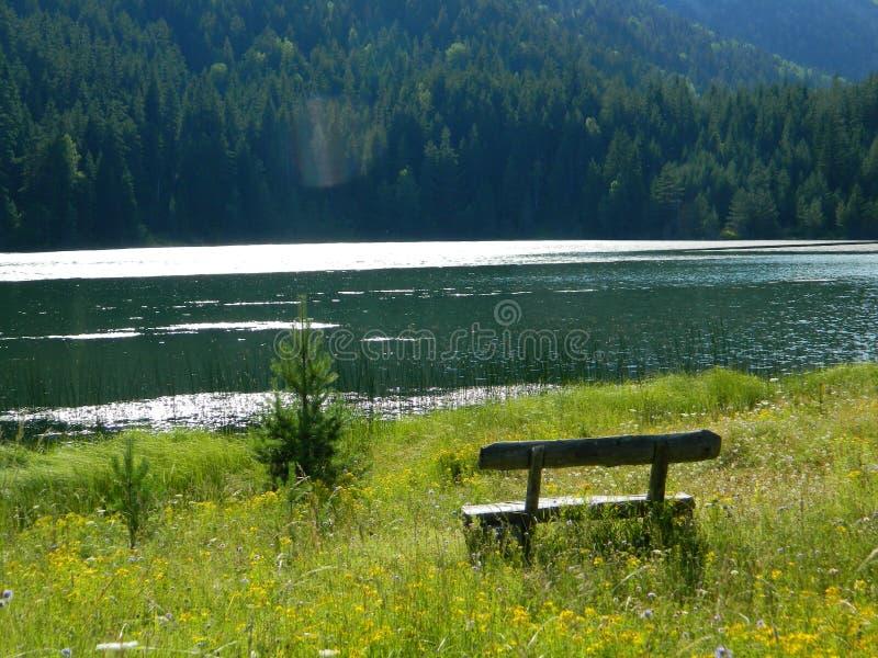 黑湖黑山 免版税图库摄影