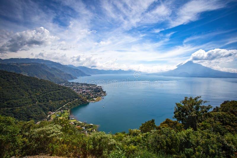 湖Atitlan和帕纳哈切尔看法从圣豪尔赫的 库存图片