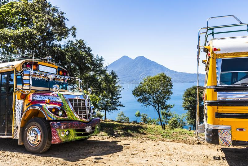 湖Atitlan &火山,危地马拉公交车&看法  免版税库存照片