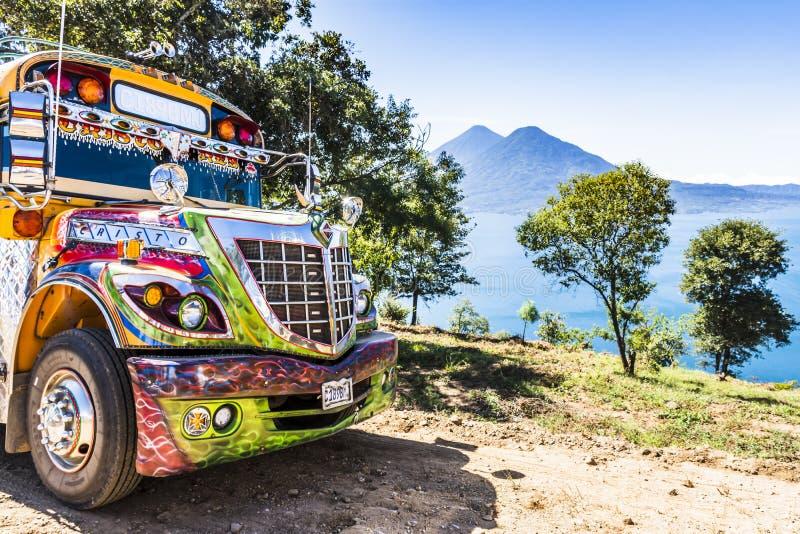 湖Atitlan &火山,危地马拉公交车&看法  库存图片