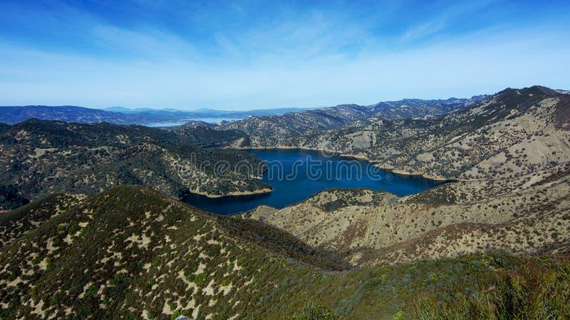 湖Berryessa大海在秋天 库存图片