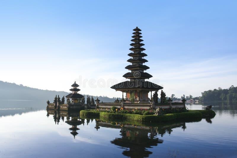 湖bratan寺庙黎明巴厘岛印度尼西亚 库存图片