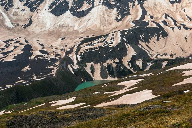 湖Donguz-Orun Kel 厄尔布鲁士山地区 多雪的山的Turquoise湖 库存图片