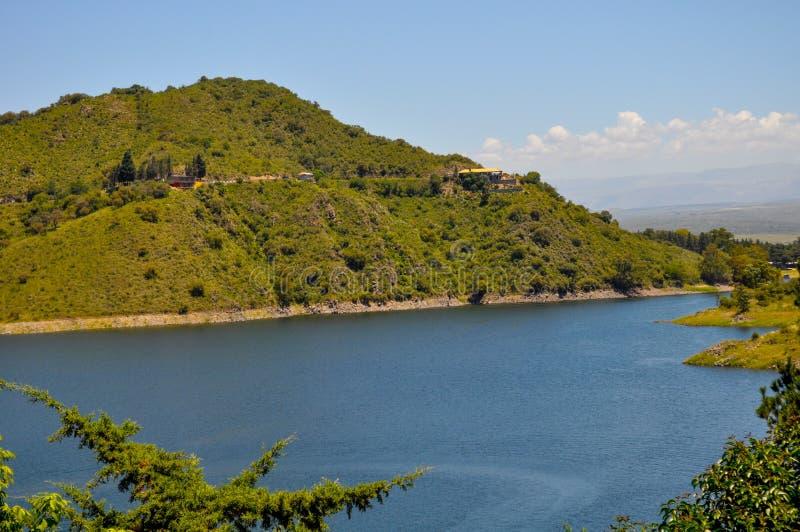 湖Embalse Dique los莫利诺斯的全视图在科多巴 免版税库存图片