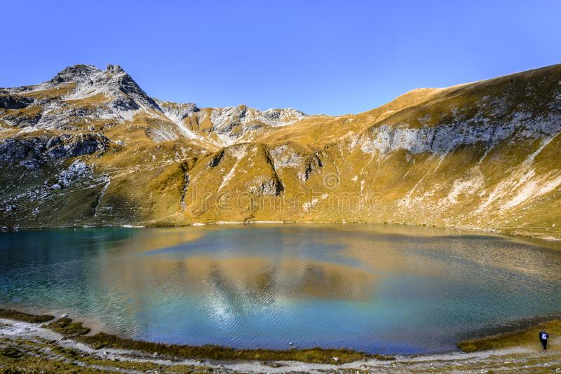 湖Engeratsgundsee更总的Daumen山,巴特欣德朗,巴伐利亚,德国风景看法有反射的 图库摄影