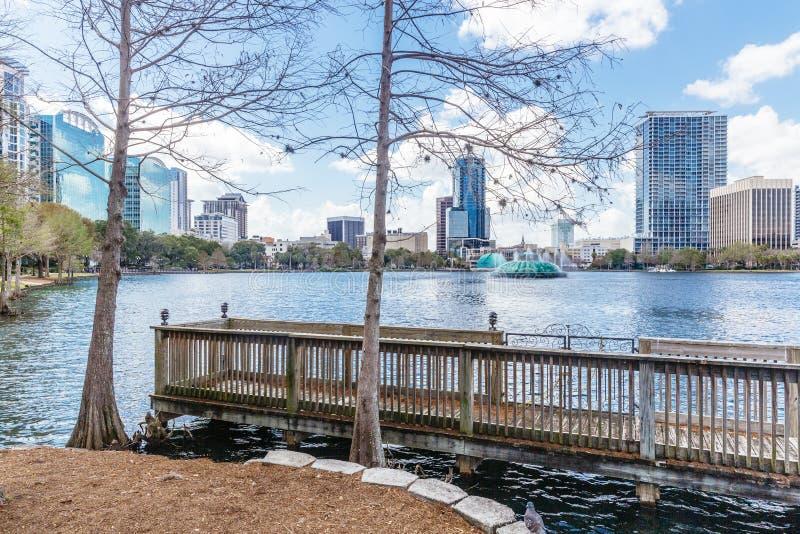 湖Eola和大厦在街市奥兰多,佛罗里达 库存图片