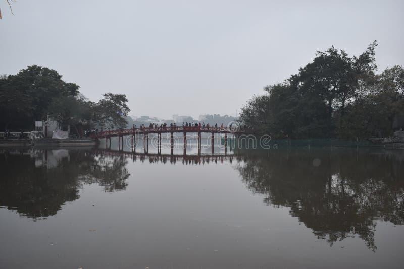 湖Hoan Kiem特写镜头在有美丽的红色Huc桥梁的,越南,亚洲河内 免版税图库摄影