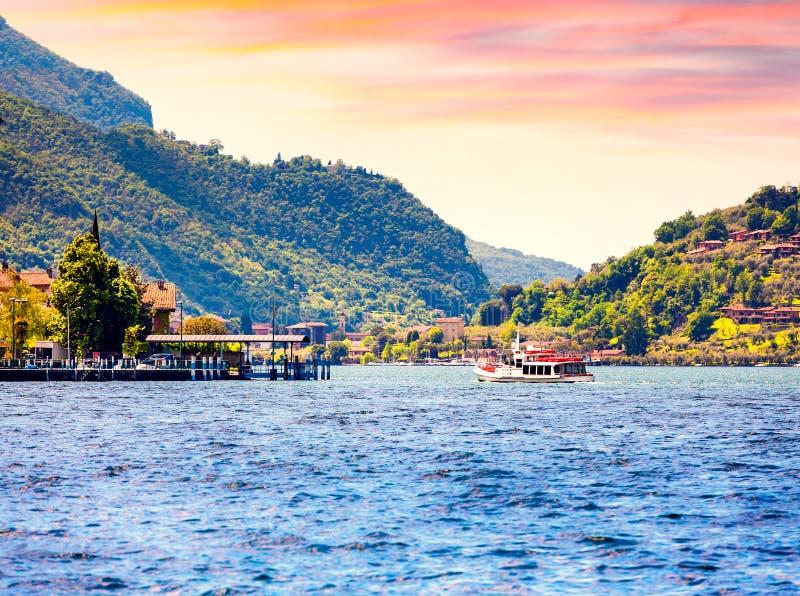 湖Iseo,五颜六色的夏天早晨的看法 地区伦巴第,省布雷西亚(BS)在Iseo湖 库存照片