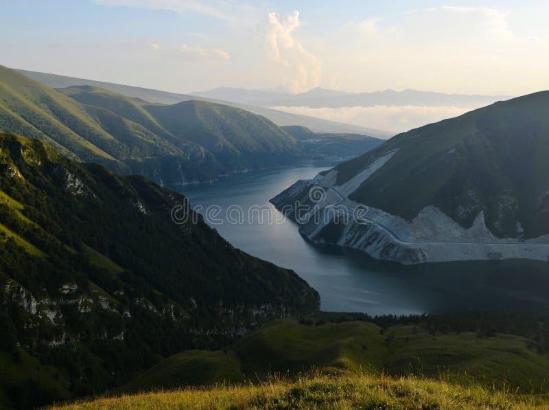 湖Kezenoy是在日落时间,高加索山脉,车臣共和国车臣,俄罗斯 库存照片